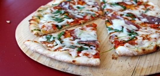 Bacon, mozzarella and rocket Pizza a la plancha